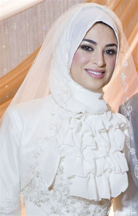 Here are some ways that hijab-wearing Muslim brides can incorporate a stylish hijab